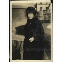 1921 Press Photo Amelia Emma McCudden Places Wreath at Unknown American Grave