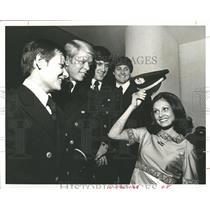1968 Press Photo Flight Attendant With Pilots In Dallas- RSA05703