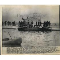 1916 Press Photo A United States launch is shown by a German sub, Road Island.