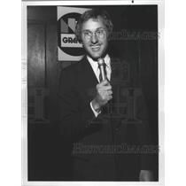 1976 Press Photo Minnesota Vikings football player, Fran Tarkenton, holds a mic