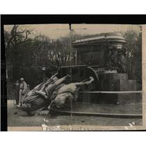 1918 Press Photo Statue Kaiser Wilhelm Met Overturn Als - RRY61631