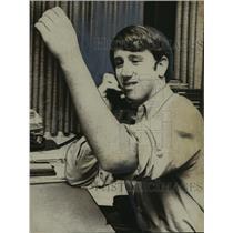 1970 Press Photo Memphis-Archie Manning studies his left arm after cast removal.
