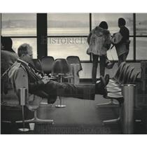 1985 Press Photo Passenger Sleeps While Waiting For Flight At Mitchell Airport
