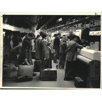 1988 Press Photo customers wait in line at Midwest Express Airlines - mjb41558