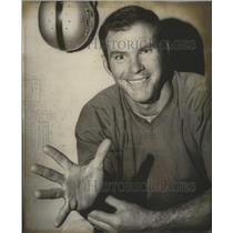 1969 Press Photo Football- Oakland's Daryle Lamonica flexes skilled fingers.