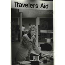 1995 Press Photo Travelers Aid, Peggy Hanley, helps travelers, Milwaukee