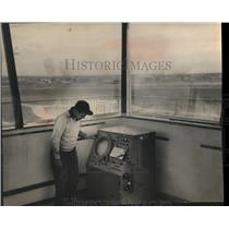 1953 Press Photo A. Van Sparrentak with radar scope, Mitchell Field, Milwaukee