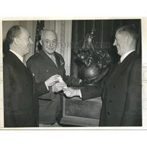 1942 Press Photo VP Wallace Presents Collier Trophy For Achievement In Aviation