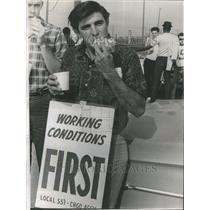 1967 Press Photo Ford Motor worker Frank Avila picket - RRU71721