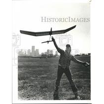 1983 Press Photo Airplane pilot Robert Buchanan flys a model sail plane in Park