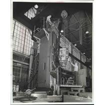 1979 Press Photo A man installs aircraft machine at Giddings & Lewis - mjb45191