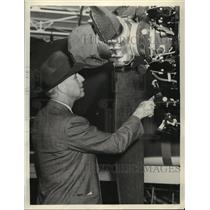 1941 Press Photo Merril Meigs inspects Engines at Douglas Aircraft Plant