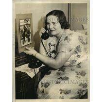 1934 Press Photo Mrs Benjamin Adamowioz phoning her husband for latest news