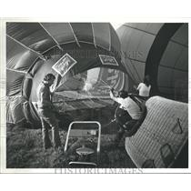 1984 Press Photo Pilots Filling the Balloon with Air - hca08574