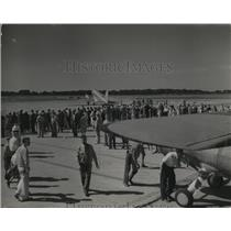 1932 Press Photo Thousands of people seen at the airport on Sundays and holidays