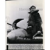 1939 Press Photo Ted Bellak next to the glider he hopped across Lake Michigan
