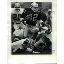 1985 Press Photo Marcus Allen escape from half the Browns defense - cvb39533