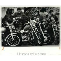 1981 Press Photo Motorcycle Hells Angels at funeral home - cvb65793