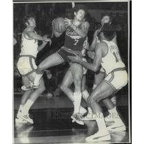 1972 Press Photo Cleveland's Bobby Smith comes down with a rebound - cvb46547