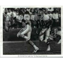 1989 Press Photo Warren Moon of Oilers Sacked by Thane Gash of Browns