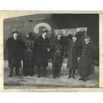 Press Photo gentleman shakes hand pilot - RRX85617