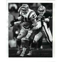 1989 Press Photo Browns vs Bengals James Brooks is pursued by Thane Gash.