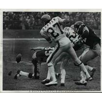 1972 Press Photo McMakia, Pittsburgh, drops pass against Dardea Scott, football.
