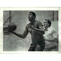 1984 Press Photo Cavs Coach George Karl and Mel Turrain - cvb54736