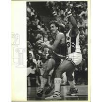 1985 Press Photo NBA basketball players Jim Paxson and Artis Gilmore in action