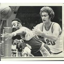 1973 Press Photo L.A. Lakers' Wilt Chamberlain & Bulls' Dennis Awtrey in action
