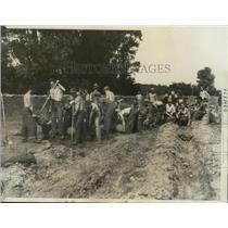 1935 Press Photo Men Fill Bags with Sand to Strengthen Levy at Midland Kansas