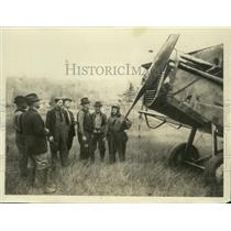 1923 Press Photo Group poses with plane that brought food to Frank Parker