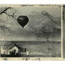 1973 Press Photo View of Hot Air Balloon Against the Long's Peak in Colorado