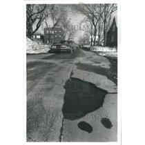 1979 Press Photo Masquerading Dickens motorist hole - RRU70081