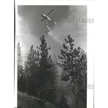 1986 Press Photo Helicopter drops water in fire control near Coeur d'Alene