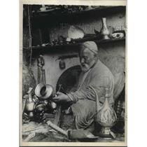 1930 Press Photo Dean of Samarkand's metalsmiths at work in his street booth.