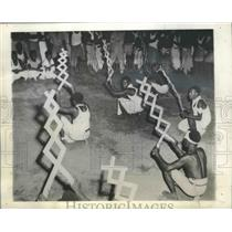 1944 Press Photo happy group of Papua New Guinea natives perform odd dance