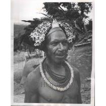 1963 Press Photo Huli men weave leaves, blossoms, feathers and grass into hair.