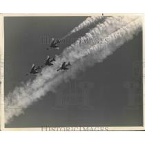Press Photo USAF Thunderbirds in flight formation - sba20256