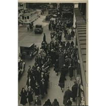 1931 Press Photo Easter shoppers on Third Street, Milwaukee - mjb85200
