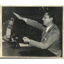 1936 Press Photo Dies Committee Investigator John Metcalfe demonstrates salute