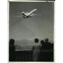 1974 Press Photo Jetliner hurtles skyward at New York's LaGuardia airport