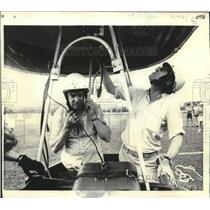 1975 Press Photo Author Hugh Downs prepares lift off in a hot air balloon