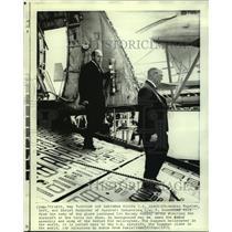 1971 Press Photo Andrei Tupolev & Pyah Dementzer Visit Giant Lockheed CSA Galaxy
