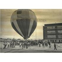 1984 Press Photo Hot air balloon and students at Jackie Robinson Middle school