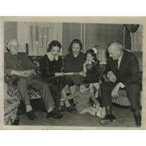 1936 Press Photo Kansas Governor Alfred M Landon and family gather at home