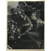 1935 Press Photo Phyllis Archer found blooming Sea Dahlias overlooking the sea