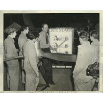 1942 Press Photo Instructor R.W. Pecaut teaching a class at Federal Reformatory