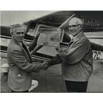 1975 Press Photo Aviator Glenn Messer with Mayor Seibels after Flight, Newspaper