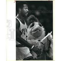 1984 Press Photo San Antonio Spurs basketball player Gene Banks with The Chicken